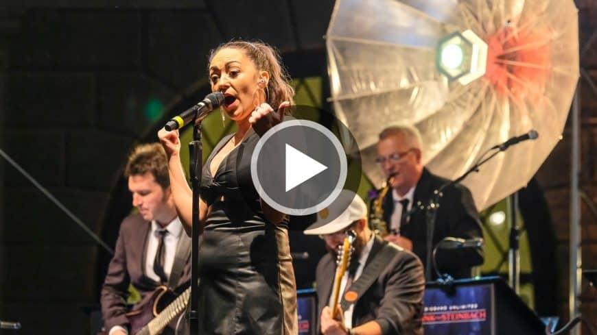 """Im Video performt die Eventband STEINBACH im Brunnenhof München """"Play that Sax"""" mit Publikumsbeteiligung."""