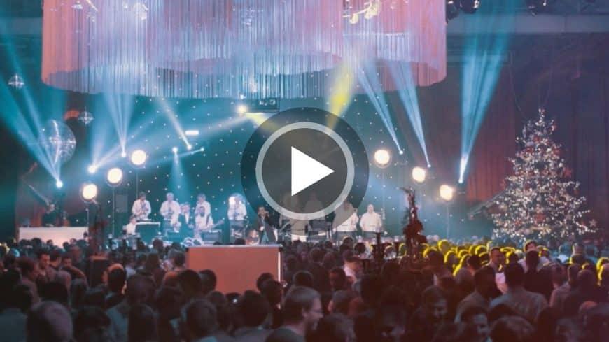 Die STEINBACH Band präsentiert im Video Christmas-Songs bei einer Firmenfeier.