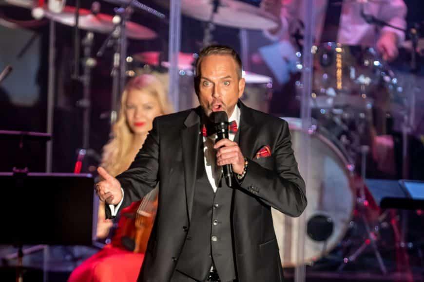 Kevin Tarte singt zusammen mit der Bigband Steinbach