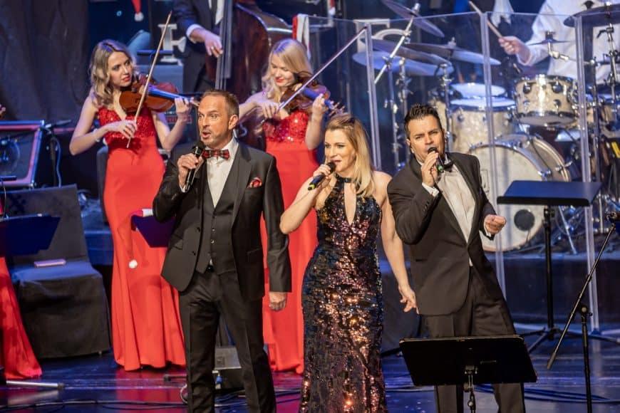 Die Sänger zusammen mit der Live-Band Steinbach