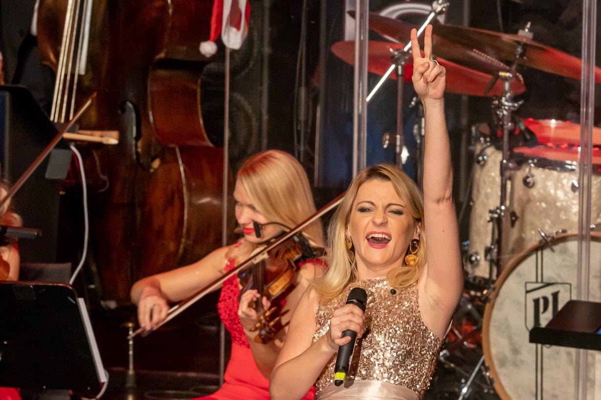 Die STEINBACH Band und Sandra Kozlik bei einer Firmenfeier.