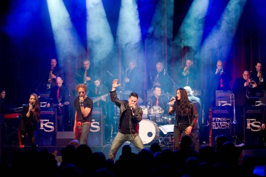 """Der Sänger Sandro Luzzu und die Eventband STEINBACH bei """"We will rock you""""."""