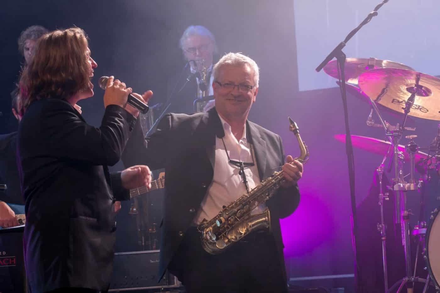 Armin Höfer am Saxophon und die Eventband STEINBACH nach einem gelungenen Solo.