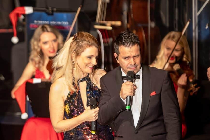Die Sängerin und der Sänger zusammen beim Live-Auftritt