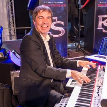 Herbert Deschler spielt Keyboard bei der Eventband Steinbach