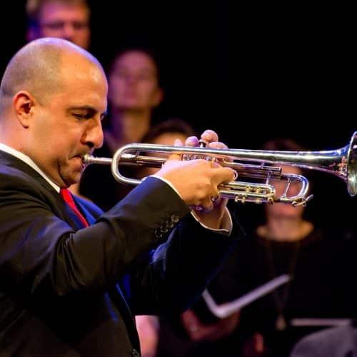 Nemanja Jovanovic beim Trompeten-Solo zusammen mit der Bigband Steinbach