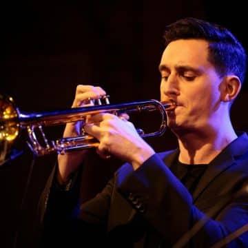 Felix Ecke spielt Trompete bei der Bigband Steinbach