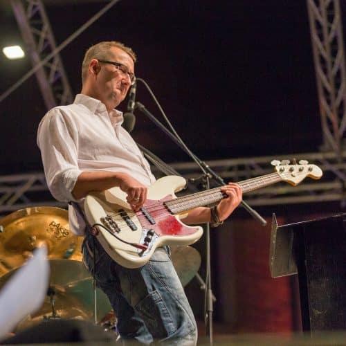 Andreas Bauer am E-Baß bei einem Open Air-Konzert