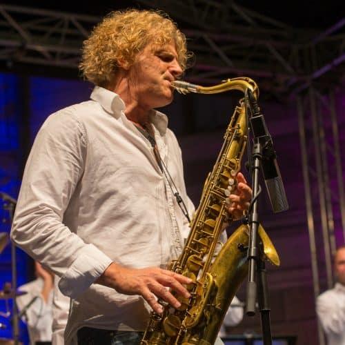 Chris Haller spielt am Saxophon