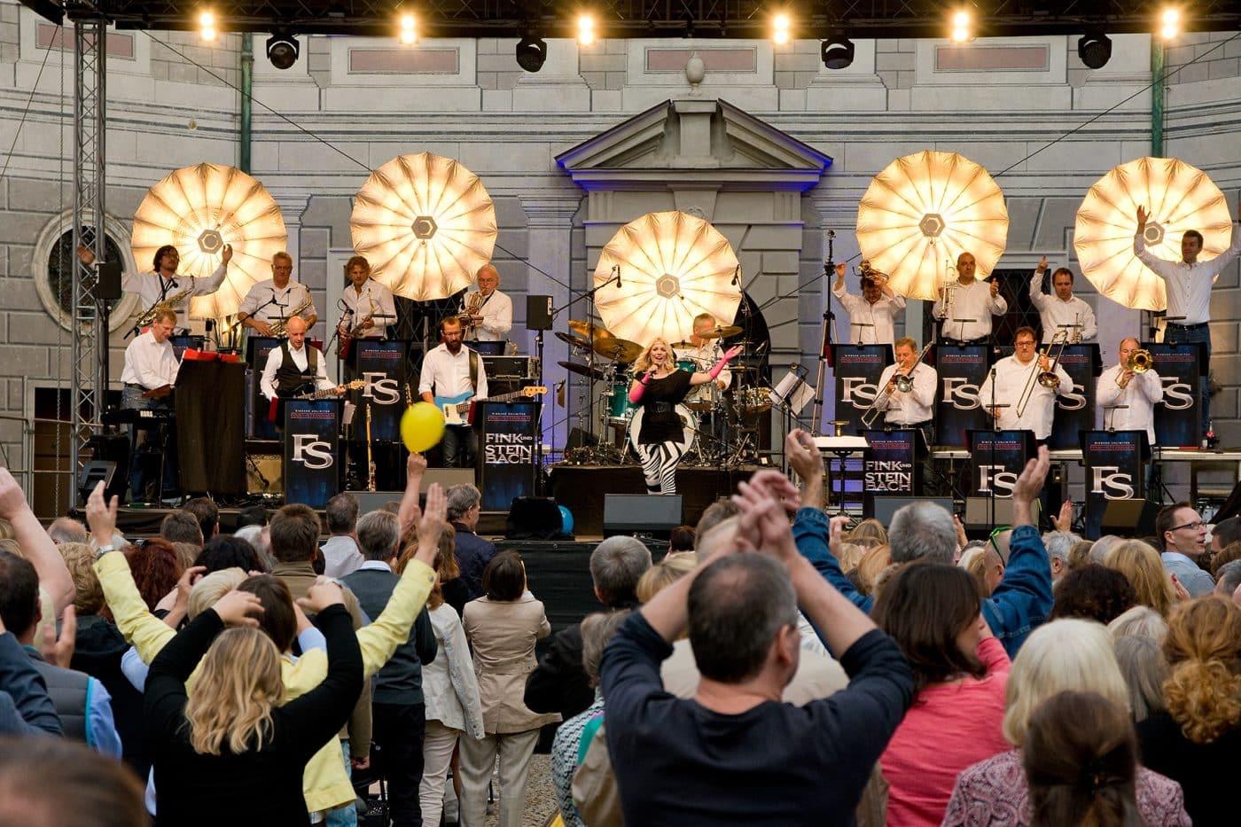 Live-Musik der STEINBACH Band beim Open Air-Konzert.