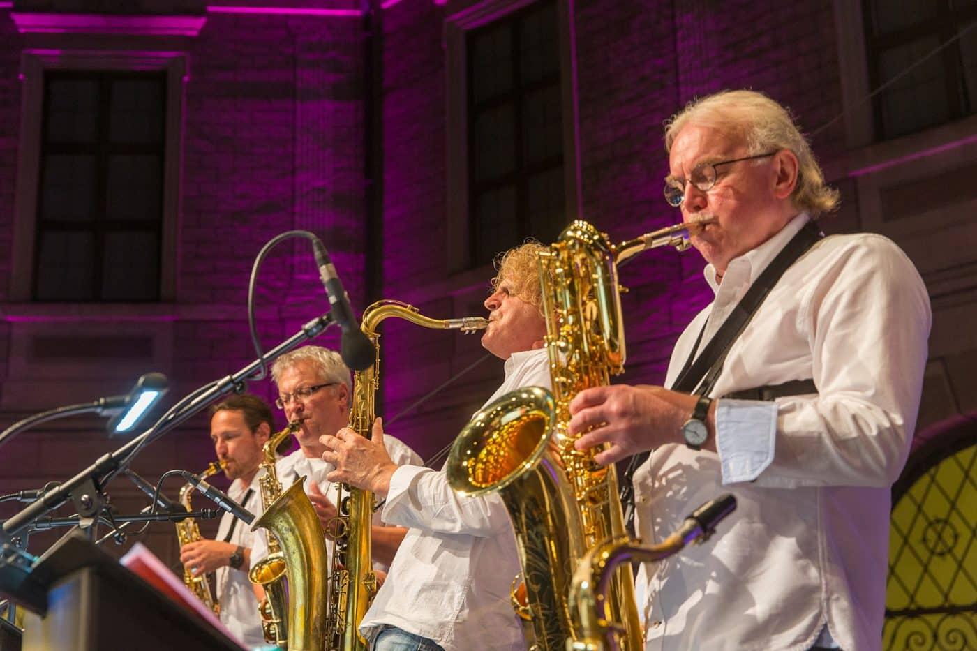 Die Saxophone der Bigband STEINBACH verleihen den Songs Energie und Glanz.