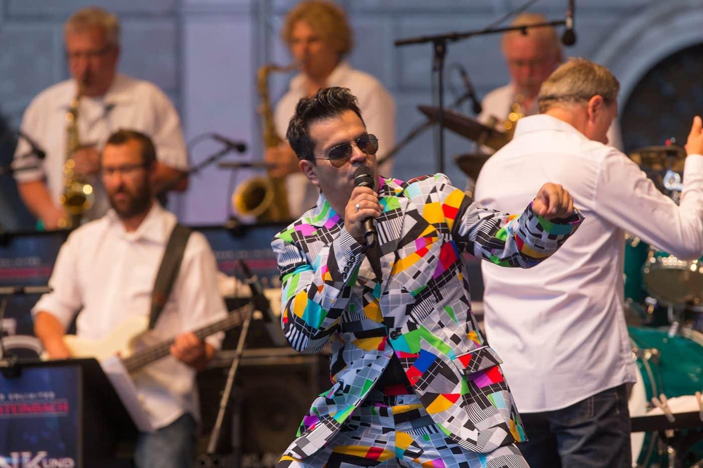 Die Liveband STEINBACH und Sandro Luzzu mit Partysongs der Neuen deutschen Welle.