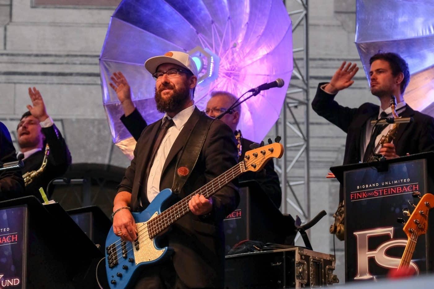 Andreas Bauer am Bass ist der Mr. Groove der Bigband STEINBACH.