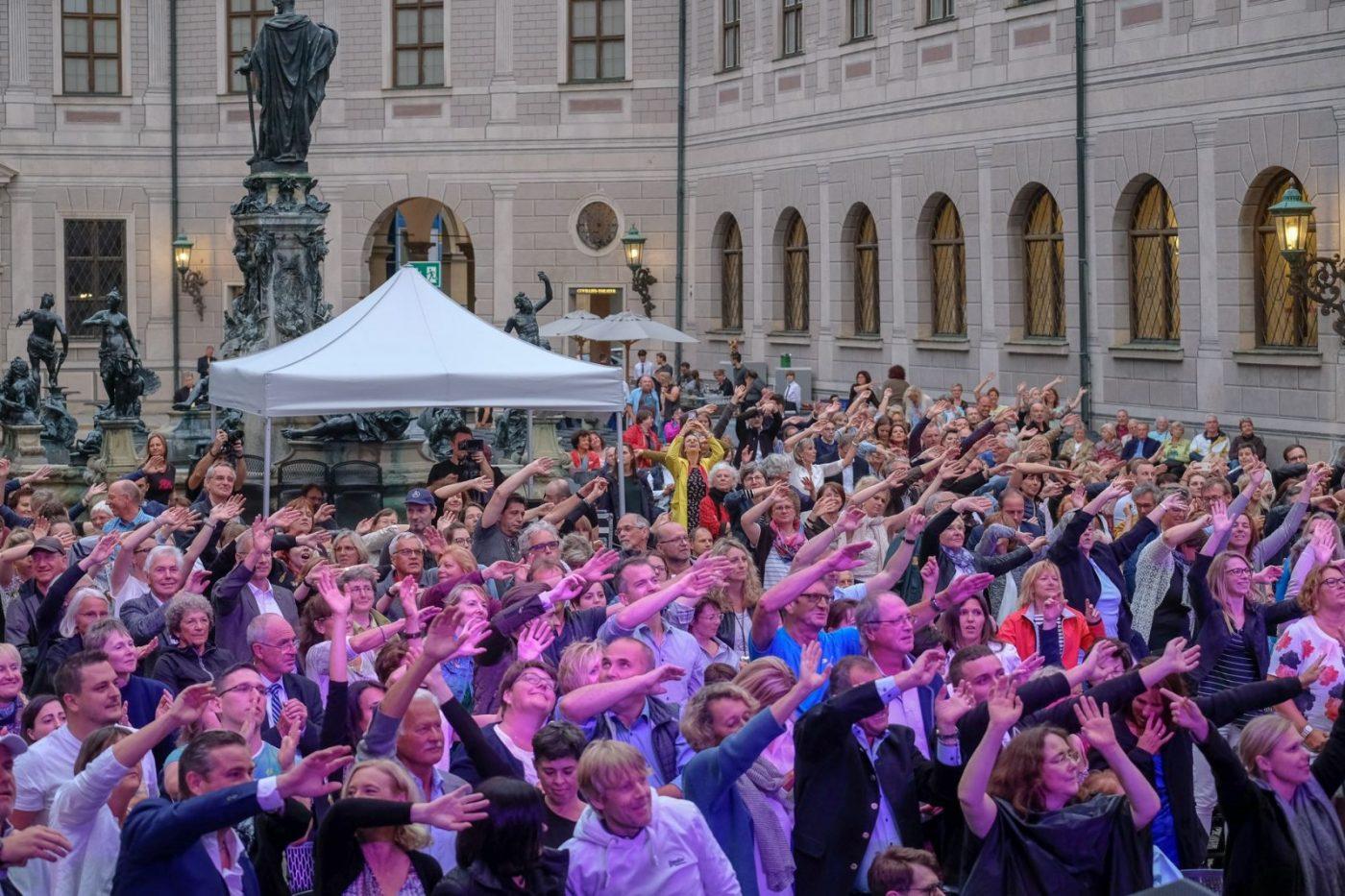 Die Gäste singen und tanzen mit der Bigband STEINBACH.