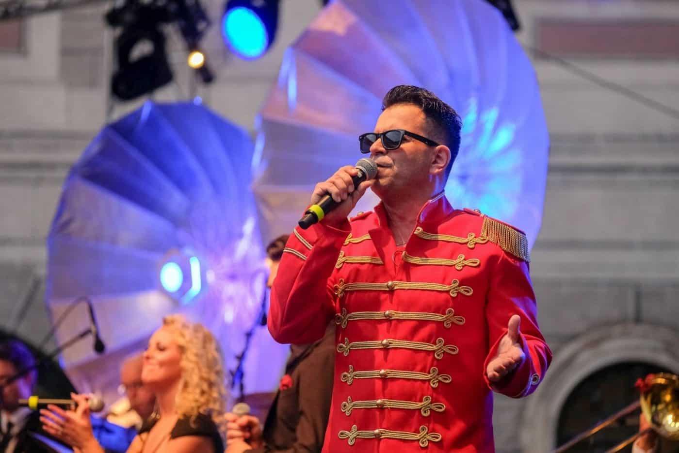 Der Sänger Sandro Luzzu performt Falco-Hits im Originalkostüm mit der Eventband STEINBACH.