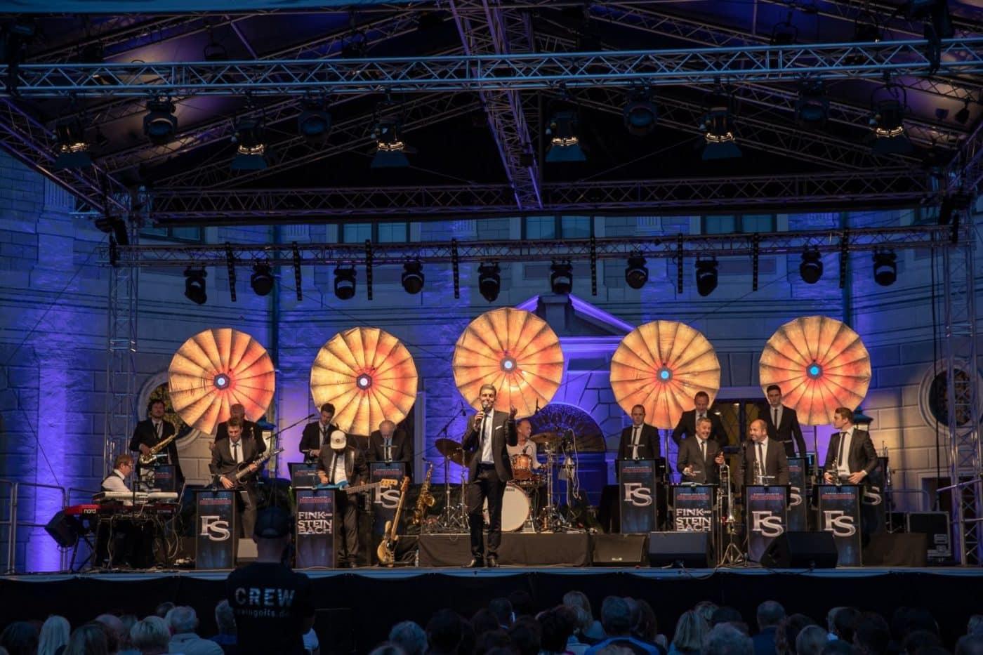 Die Bigband STEINBACH beim Open Air-Konzert im Brunnenhof in München 2018.