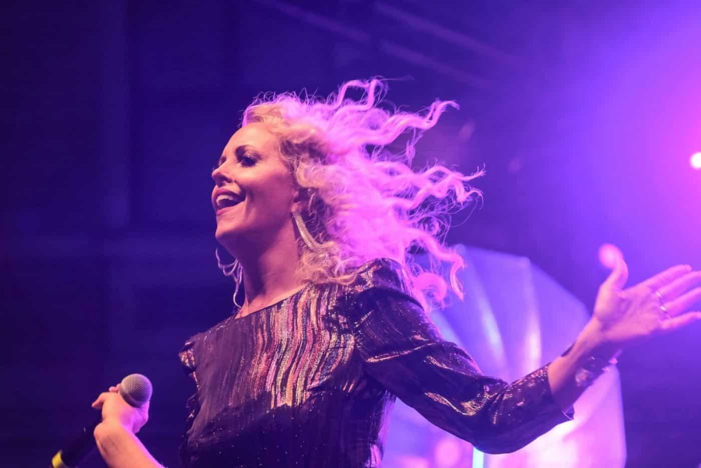 Das Strahlen der Sängerin Sofia Andersson stehen für die Power der Bigband STEINBACH.