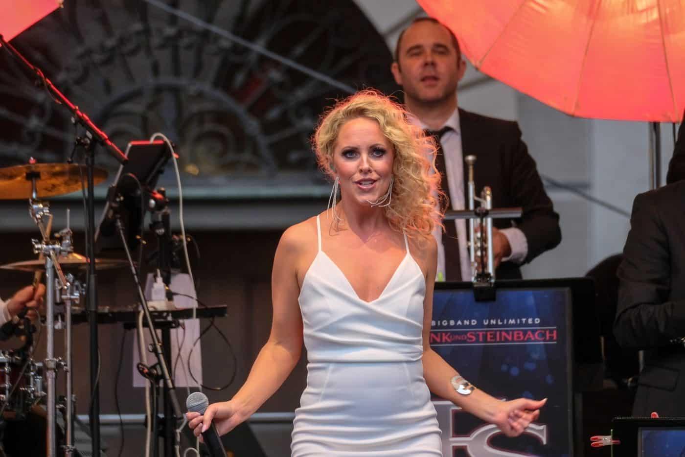 Sofia Andersson singt mit der Eventband STEINBACH Songs von Jennifer Lopez.