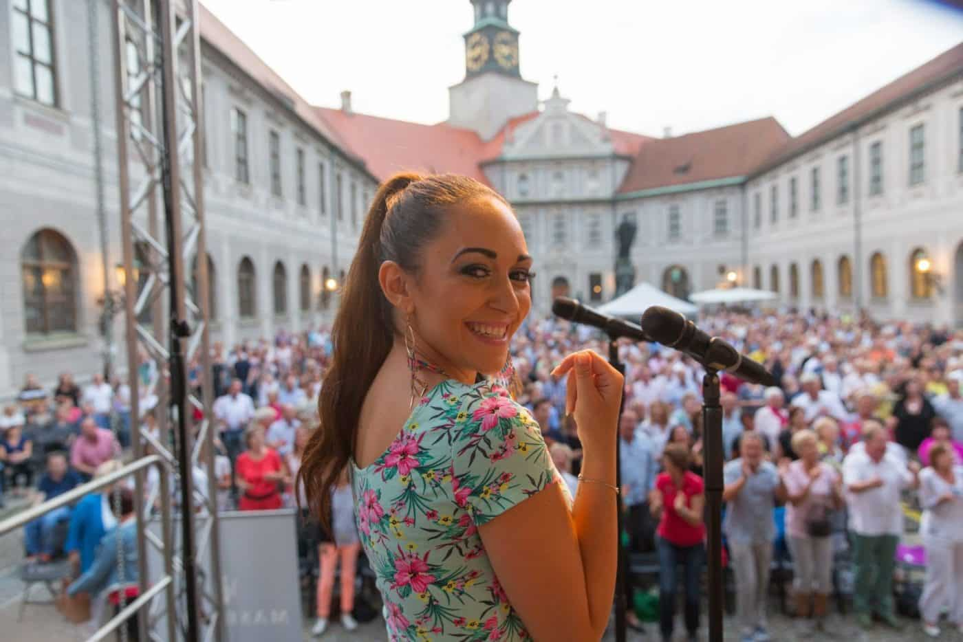 Sängerin Silvia Dias mit der Live-Band STEINBACH.