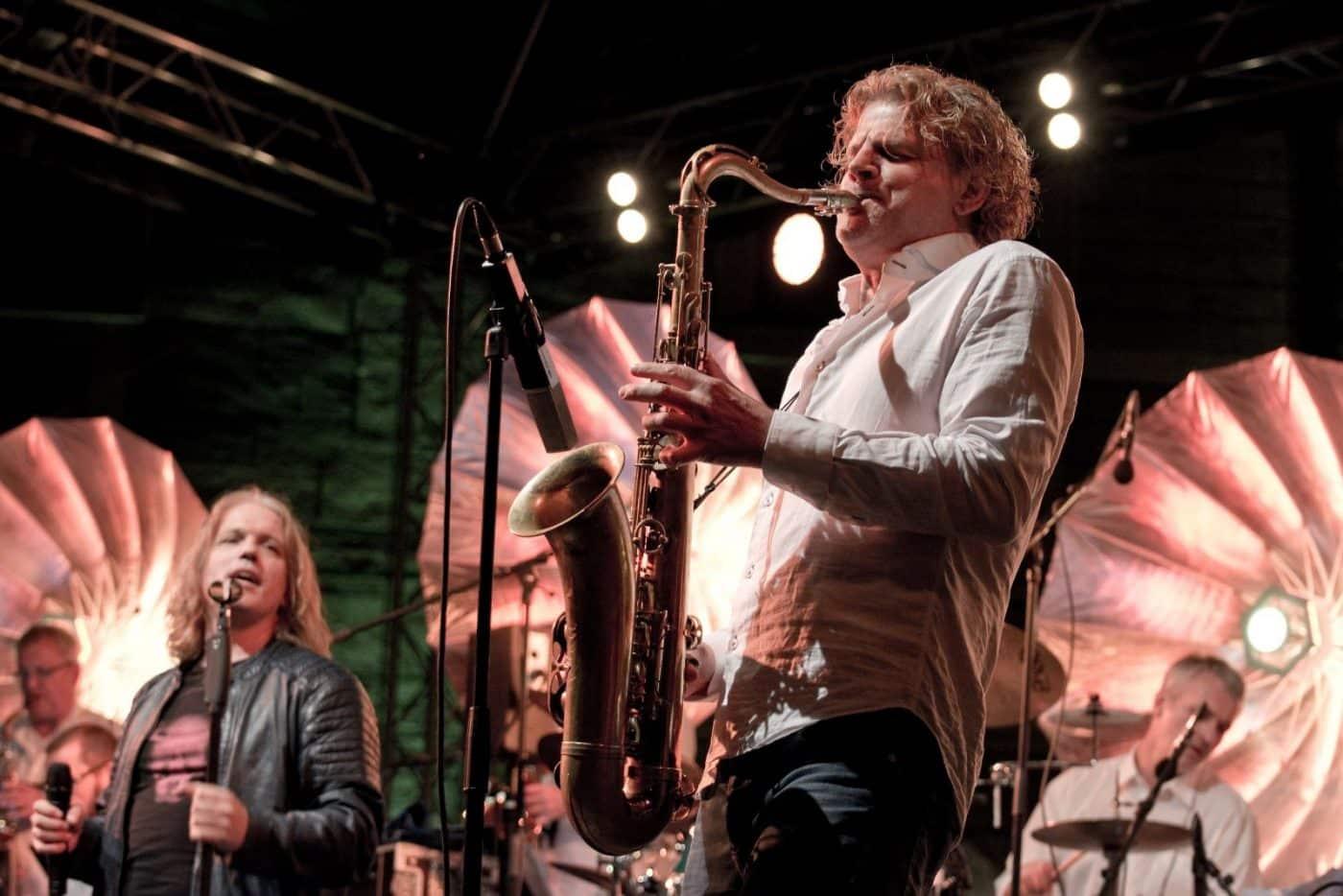 Der Saxophonist Chris Haller spielt mit der Eventband STEINBACH ein mitreißendes Solo.