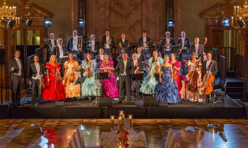 Die Eventband STEINBACH posiert in Kostüm als Johann-Strauß-Orchester bei einer exklusiven Privatfeier.
