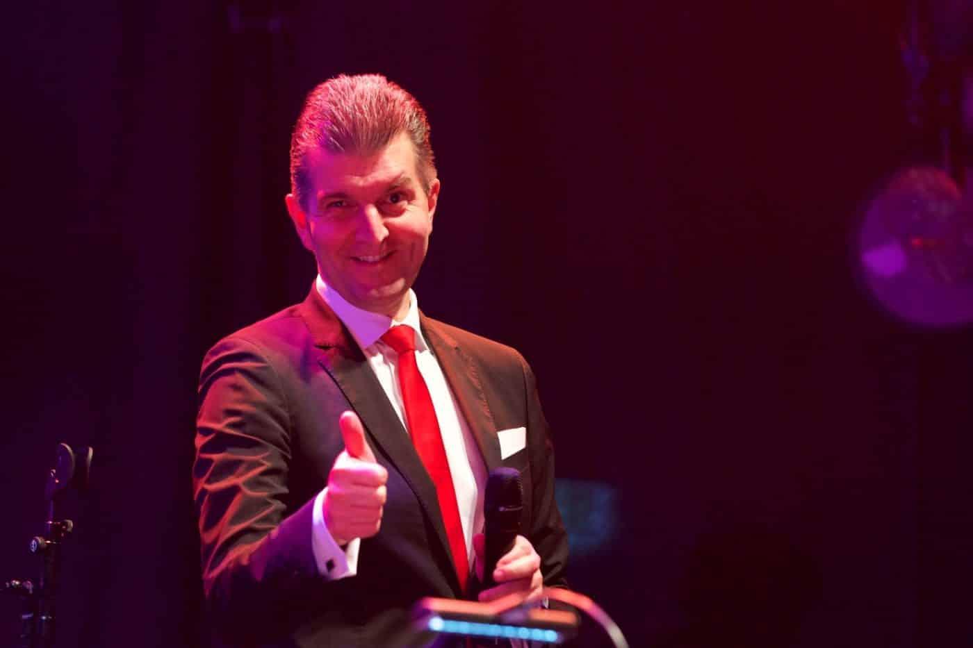 Max Steinbach freut sich, dass die STEINBACH Band auf dieser Firmenfeier begeistern kann.