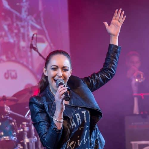Die Sängerin Silvia Dias zusammen mit der Bigband Steinbach aus München