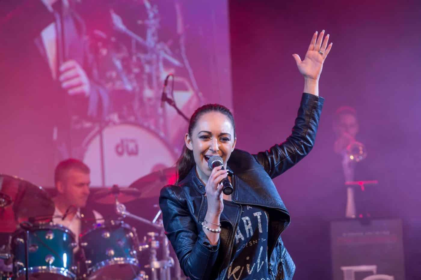 Die Bigband STEINBACH und die Sängerin Silvia präsentieren aktuelle Pophits.
