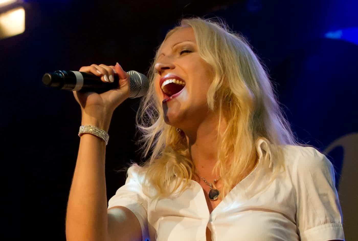 Jeannette Wernecke präsentiert mit der Eventband Steinbach Songs von ABBA.