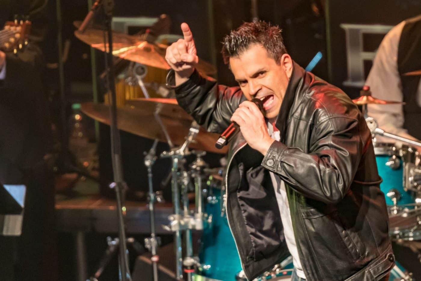 Mit Lederjacke und Rockmusik performen Sandro Luzzu und die Bigband STEINBACH.