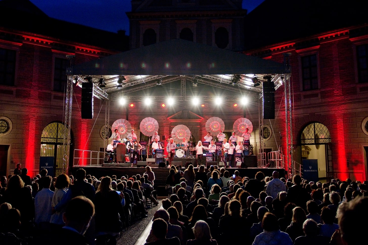 Konzert Brunnenhof Let Me Entertain You Bigband Fink Steinbach