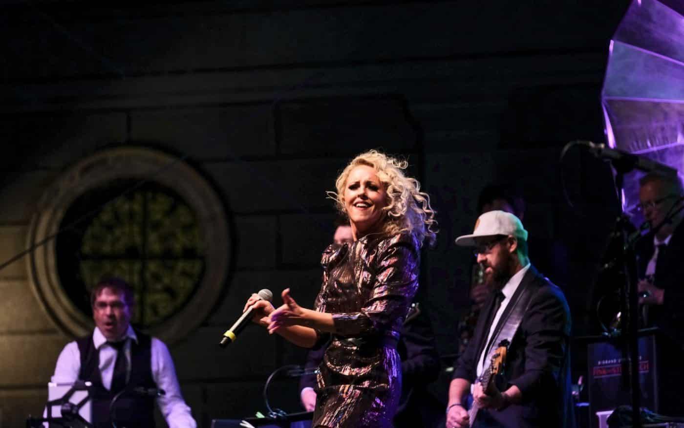 Sofia Andersson begeistert als Sängerin und Entertainerin mit der Bigband STEINBACH.