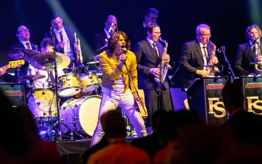 Sascha Lien präsentiert als Freddy Mercury mit der Bigband STEINBACH die größten Hits von Queen.