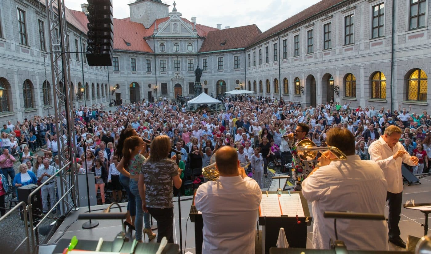 Mehr als 1.000 Besuchern feiern die STEINBACH Bigband im Brunnenhof in München.